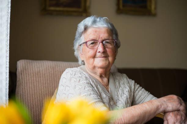 nahaufnahme porträt der glücklichen seniorin porträt - lifestyle stock-fotos und bilder