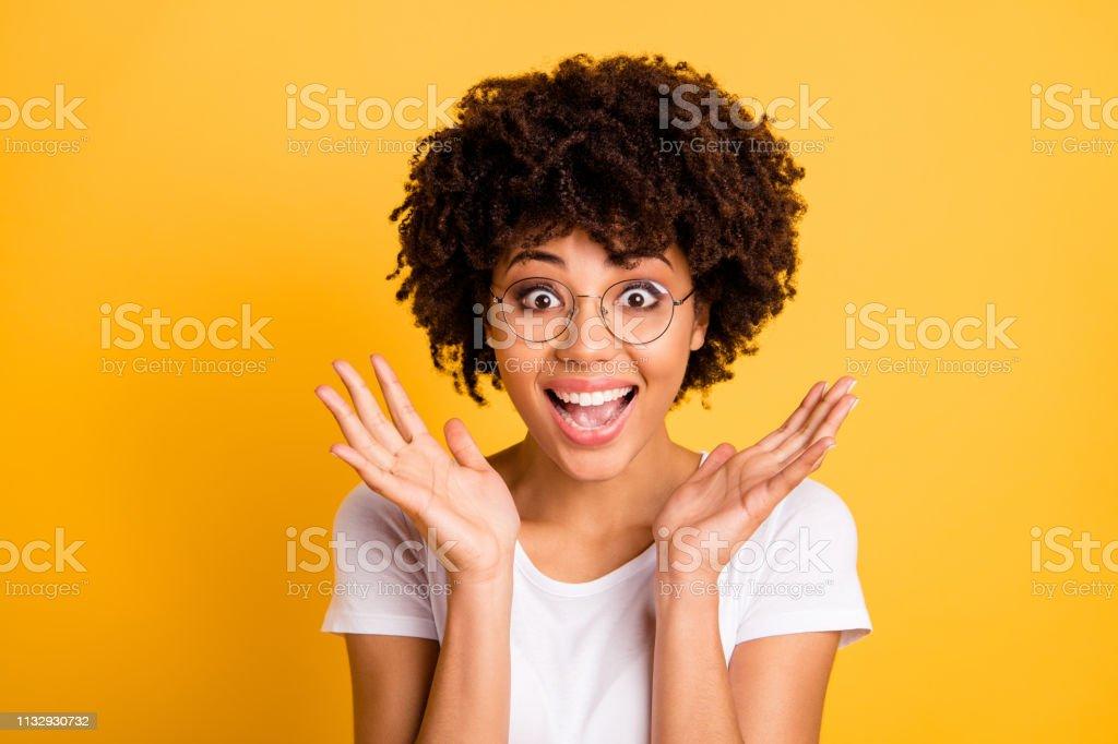 클로즈업 초상화 그녀의 그녀의 좋은 매력적인 매력적인 아름 다운 명랑 낙관적 깜짝 놀란 된 머리 레이디 안경 안경 보여주는 와우 제스처에 고립 된 밝은 생생한 광택 배경 - 로열티 프리 검은색 스톡 사진