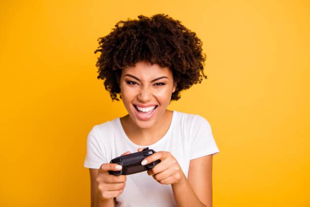 nahauf-porträt von ihr sie nett niedlich hübsch, schön, fröhlich fröhlich fröhlich gelaarig dame spielen videospiel verbringen freizeit isoliert auf hellen, lebendigen glanz gelben hintergrund - free online game stock-fotos und bilder