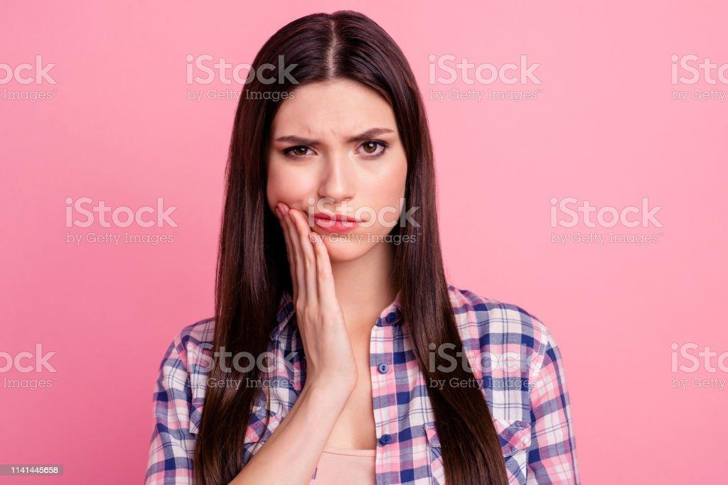 Close-up portret van haar ze mooi uitziende aantrekkelijke schattig charmante trieste Straight-haired dame met pijnaanval tanden schade zorg mondhygiëne geïsoleerd over roze pastel achtergrond - Royalty-free Aanraken Stockfoto