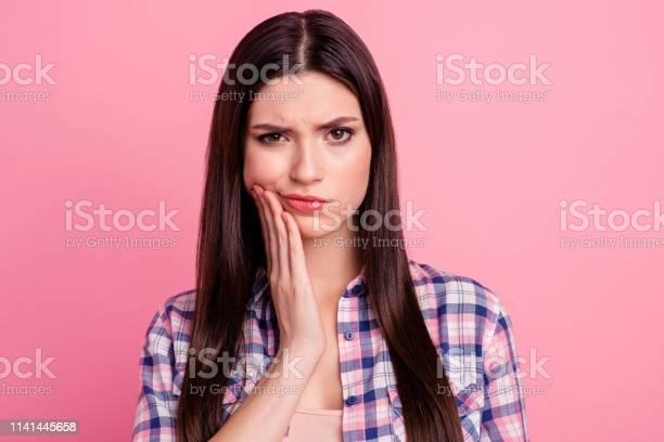 Closeup Portret Van Haar Ze Mooi Uitziende Aantrekkelijke Schattig Charmante Trieste Straighthaired Dame Met Pijnaanval Tanden Schade Zorg Mondhygiëne Geïsoleerd Over Roze Pastel Achtergrond Stockfoto en meer beelden van Aanraken
