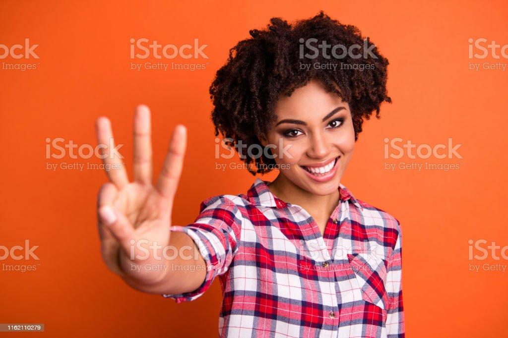 Retrato do close-up dela ela agradável-olhando a camisa verific desgastando da senhora de cabelo ondulado bonito alegre bonita atrativa que dá 3 sinal isolado sobre o brilho vívido brilhante fundo alaranjado - Foto de stock de Abundância royalty-free