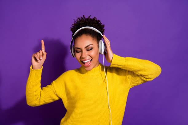 Nahaufnahme Porträt von ihr sie schön aussehend attraktiv schöne schöne verträumte glamouröse fröhliche fröhliche wellige wavy-haired Dame isoliert über hellen lebendigen Glanz violett Hintergrund – Foto