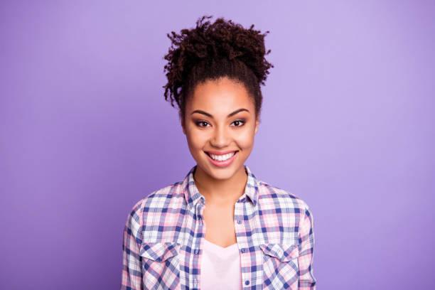 Retrato de cerca de ella que ella agradable aspecto encantador atractivo atractivo atractivo brillo winsome adorable agradable alegre alegre chica de pelo ondulado usando camisa a cuadros aislado sobre fondo pastel púrpura violeta - foto de stock