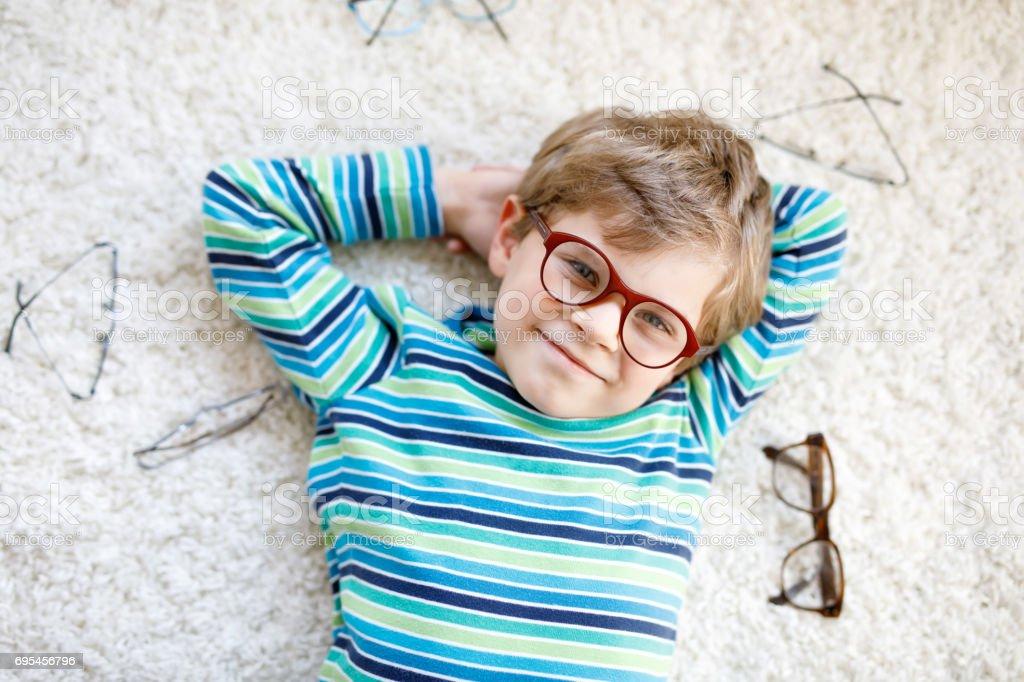 Close-up Portrait des jungen blonden Kind mit braunen Brillen – Foto
