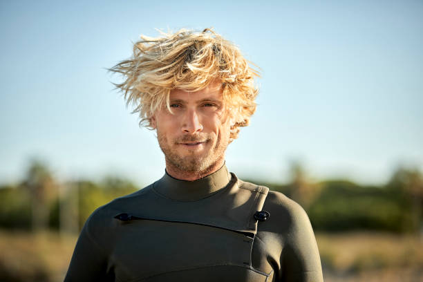 Nahaufnahme-Porträt des Mannes, der am Strand Neoprenanzug trägt – Foto