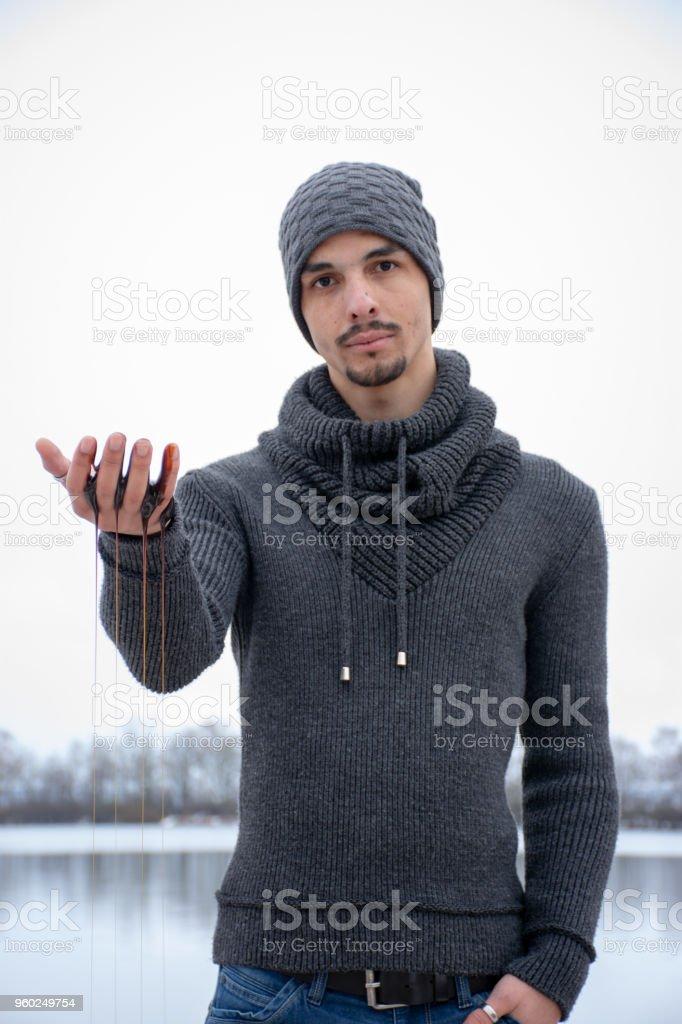 Close-up Portrait des Mannes mit Flüssigkeit tropft aus Hand – Foto