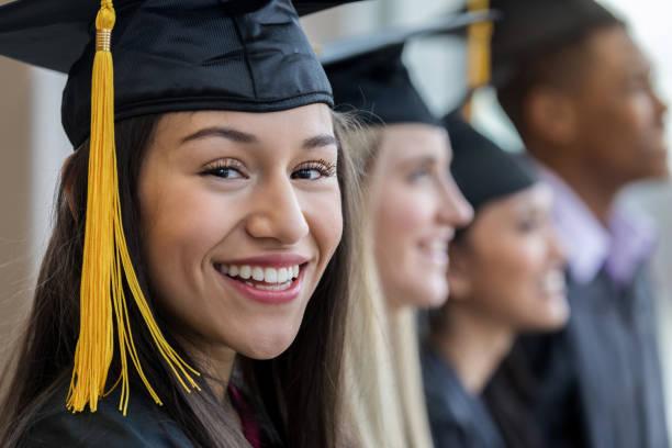retrato en primer plano de la chica adolescente durante la ceremonia de graduación - graduación fotografías e imágenes de stock