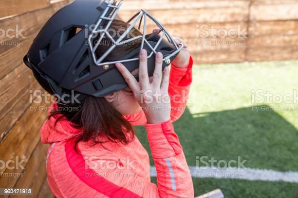 Zbliżenie Portret Kobiety W Kasku Futbolu Amerykańskiego - zdjęcia stockowe i więcej obrazów Aktywność sportowa