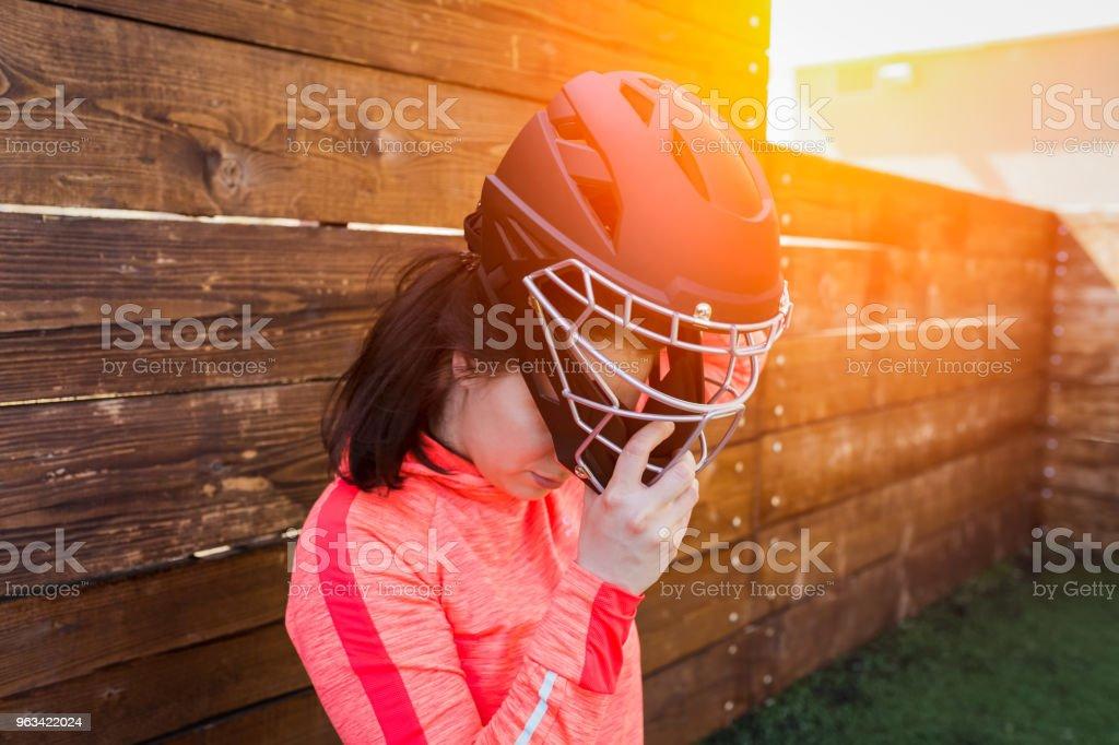 Närbild porträtt av kvinna i amerikansk fotboll hjälm - Royaltyfri Aktiv livsstil Bildbanksbilder