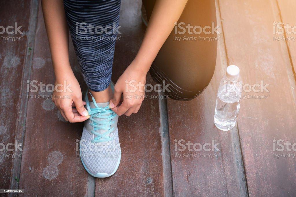 Closeup Portrait Frau Binden Ihre Schuhe Für Outdoorbetrieb