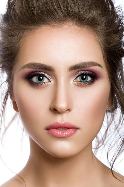 nahaufnahme porträt der junge schöne frau - blaues augen make up stock-fotos und bilder