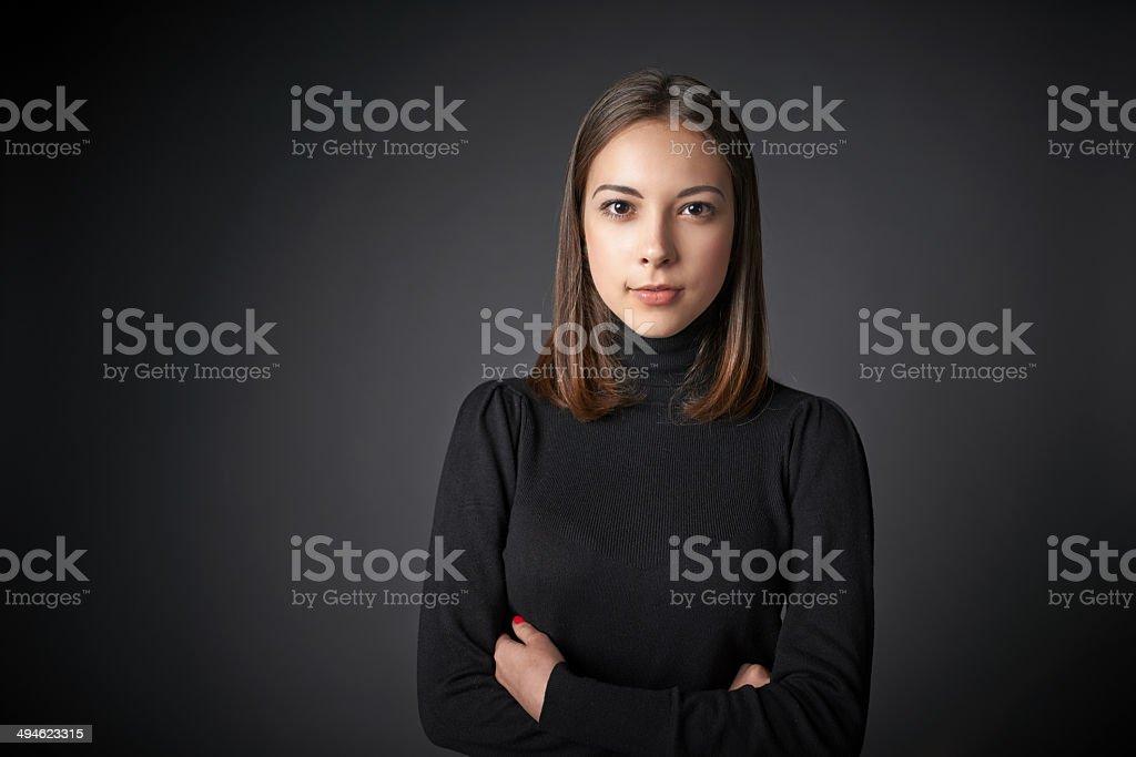 Nahaufnahme Porträt der jungen Frau in schwarzer pullover – Foto