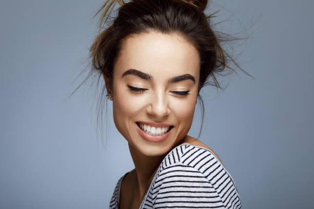 closeup portrait junge frau mit toothy lächeln - lustige augenbrauen stock-fotos und bilder