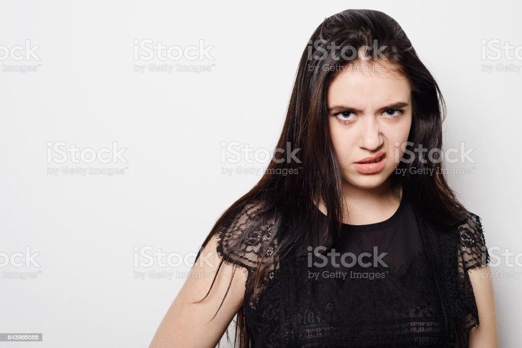 態度が悪いとクローズ アップの肖像若い女性、あなたを見て灰色の背景を分離しました。 - 1人のロイヤリティフリーストックフォト