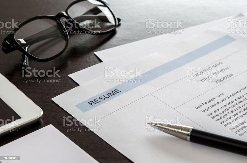 Formulaire de curriculum vitae gros plan stylo tablette numérique
