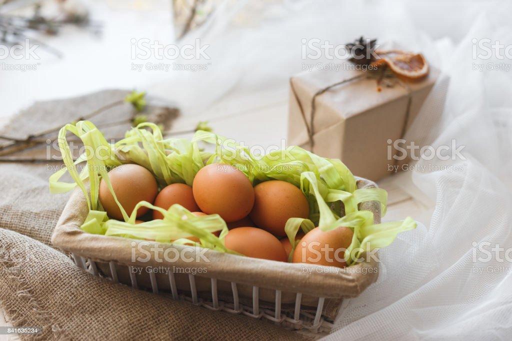 Close-up rustikalen Korb mit Eiern in Zusammensetzung mit Geschenk-Box und Schleier. – Foto