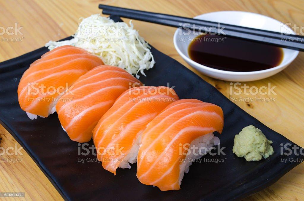 CloseUp Salmon sushi on a black plate. foto stock royalty-free