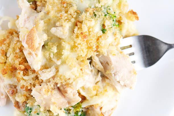 close-up, das von huhn brokkoli-eintopf, von oben - huhn brokkoli auflauf stock-fotos und bilder