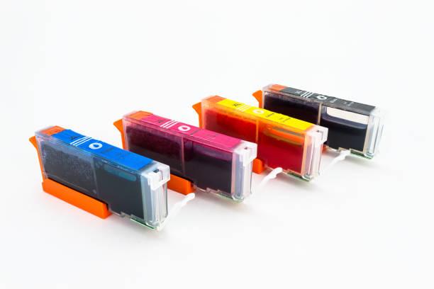 nahaufnahme einer cmyk tintenpatronen für einen farbdrucker isoliert auf weißem hintergrund mit beschneidungspfad. - munition nachfüllen stock-fotos und bilder