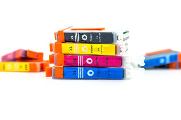 Nahaufnahme einer CMYK Tintenpatronen für einen Farbdrucker isoliert auf einem weißen Hintergrund. – Foto