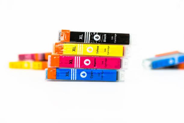 nahaufnahme einer cmyk tintenpatronen für einen farbdrucker isoliert auf einem weißen hintergrund. - munition nachfüllen stock-fotos und bilder