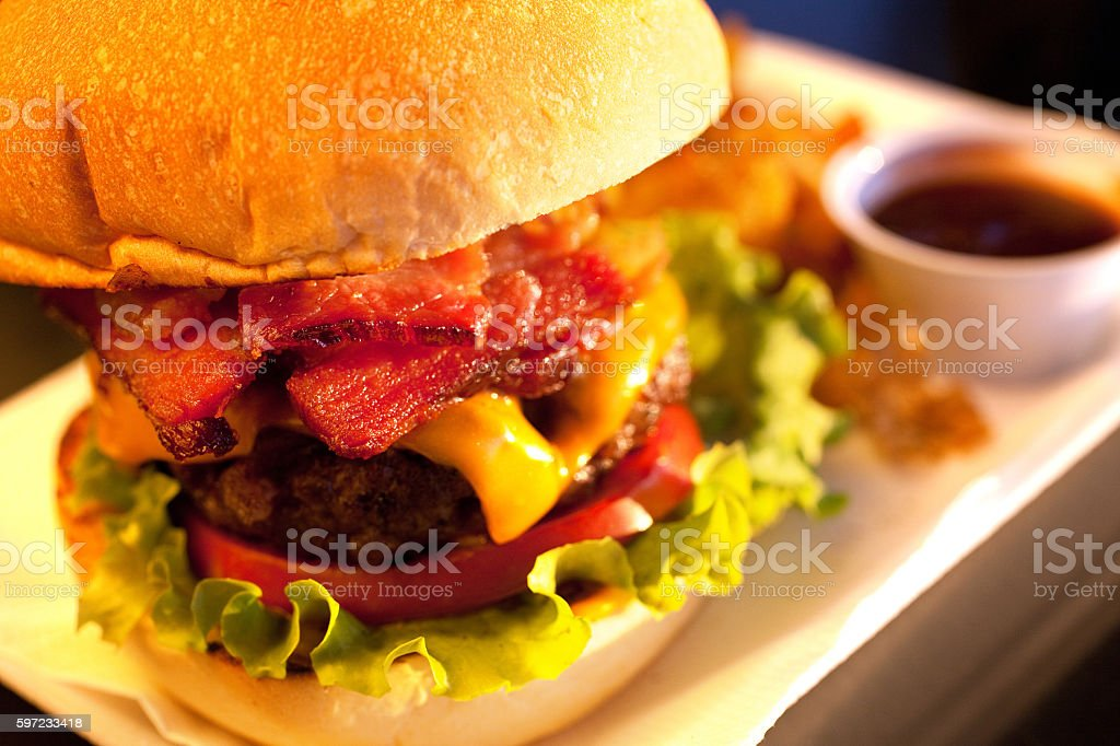 Close-Up Shot of a Delicious Bacon Salad Cheeseburger - foto de acervo