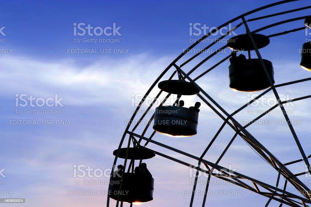 Foto Close-Up de uma roda-gigante no parque de diversões silhueta - foto de acervo