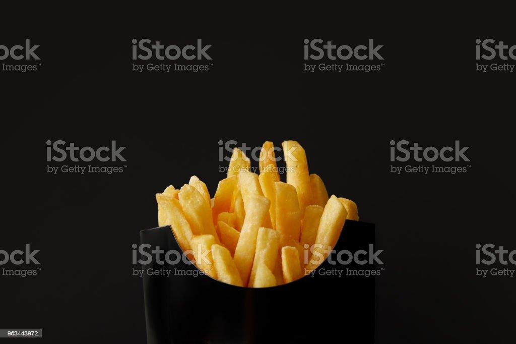 kara kutu siyah izole lezzetli Fransız kızartması yakın çekim çekim - Royalty-free Baharat Stok görsel