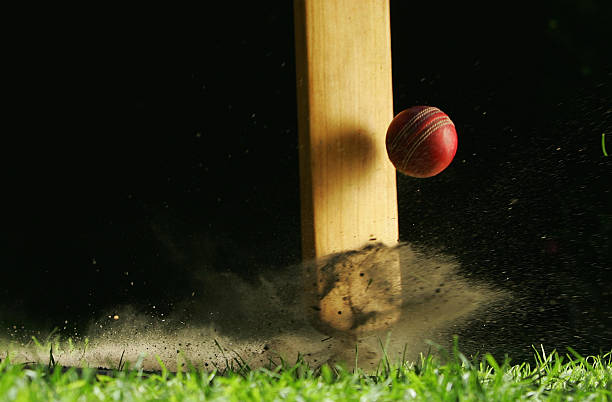 Gros plan du coup de batte de cricket frapper le ballon - Photo
