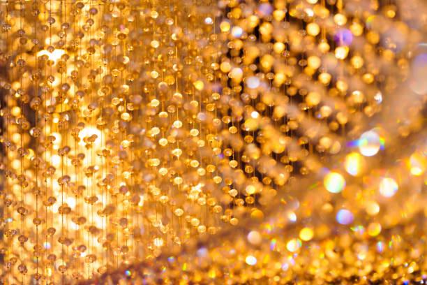 黄金の光ボケ背景を持つクリスタル シャンデリア装飾のクローズ アップ ショット。 ストックフォト