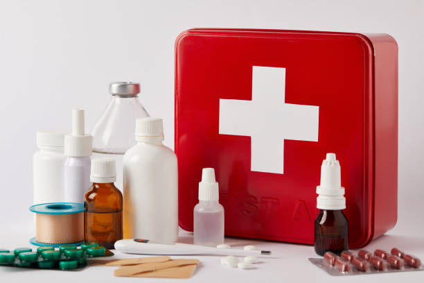 다른 의료 병와 화이트에 공급 응급 처치 키트 상자의 근접 촬영 - 응급 처치 뉴스 사진 이미지