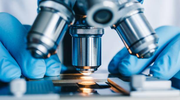 foto de primer plano del microscopio - biotecnología fotografías e imágenes de stock