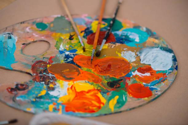 close-up foto de paleta de pintura al óleo con pinceles - clase de arte fotografías e imágenes de stock
