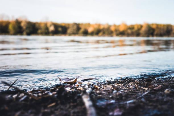 Nahaufnahme von kleinen Wellen an einem kleinen See – Foto