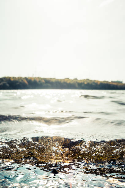 Nahaufnahme von kleinen Wellen, die reißen – Foto
