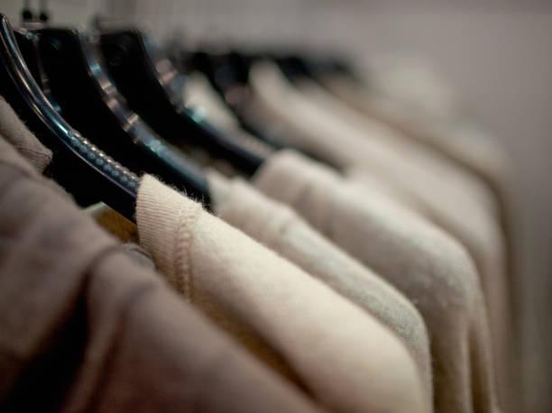 Close-up Schuss von Pullovern mit Bügel auf einem Kleiderständer. – Foto