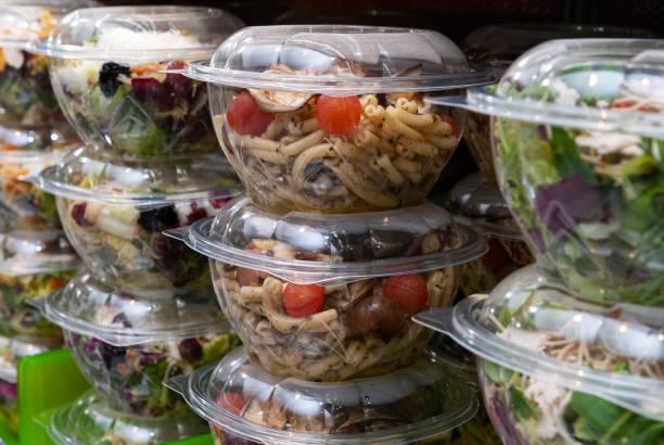 bidikan closeup makanan lezat dalam wadah plastik di toko - kuliner potret stok, foto, & gambar bebas royalti