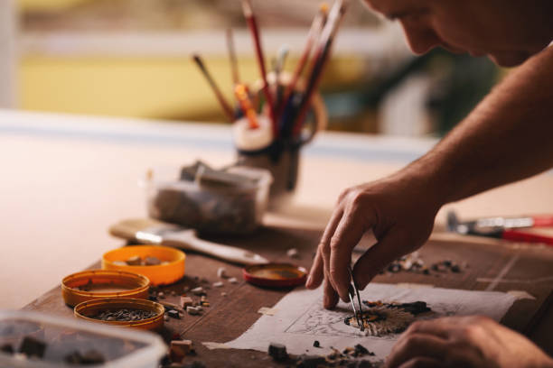 closeup aufnahmen der mann arbeitet auf mosaik - diy eule stock-fotos und bilder