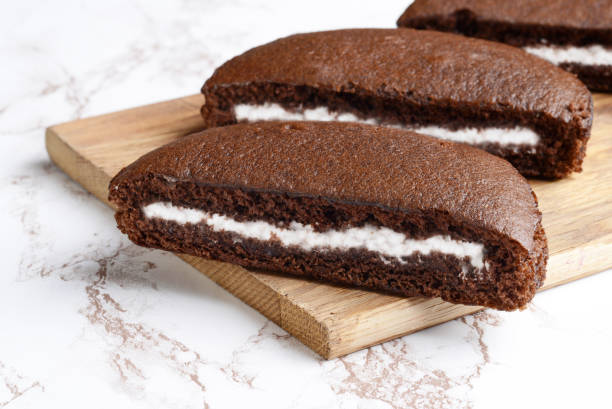 nahaufnahme scheiben schokolade vanille creme kuchen - schokoladen biskuitkuchen stock-fotos und bilder