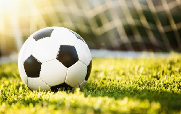 Closeup Fußball auf dem grünen Rasen – Foto