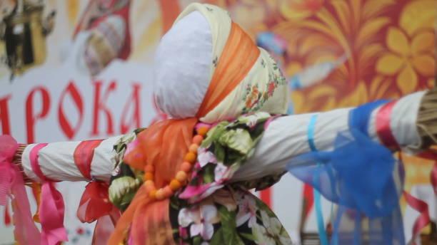 nahaufnahme stroh bildnis von dummy von maslenitsa, symbol des winters - festwinkelobjektiv stock-fotos und bilder