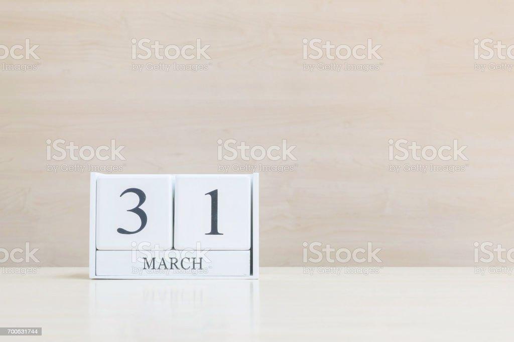 Closeup surface calendrier en bois blanc avec mot mars noir 31 sur