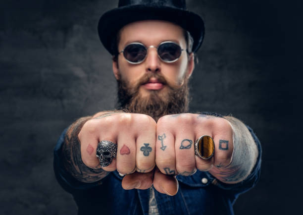 fingern nahaufnahme tätowierte hipster mit ringen. - gesichtstattoos stock-fotos und bilder