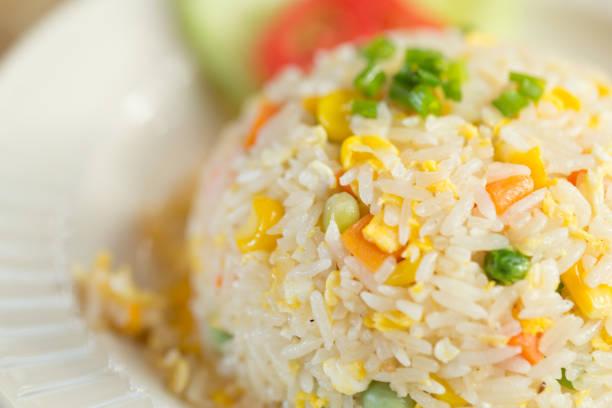 closeup gemüse ei gebratener reis essen im restaurant. - hausgemachter gebratener reis stock-fotos und bilder
