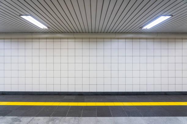 nahansicht eines regulären öffentlichen korridors. - u bahnstation stock-fotos und bilder
