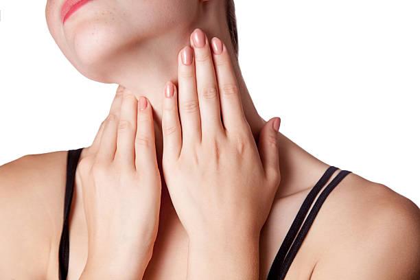 closeup view of a young woman with pain. - cancer da tireoide - fotografias e filmes do acervo