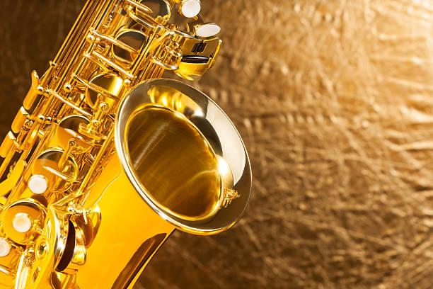 clos'up view of altsaxophon bell und schlüssel - altsaxophon stock-fotos und bilder