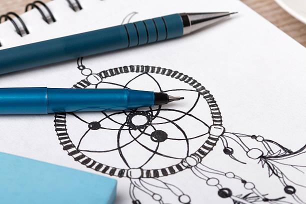 close-up auf den künstler oder designer's table - traumfänger zeichnung stock-fotos und bilder