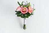 白に隔離されたバラと多肉植物の美しい花束のクローズアップビュー